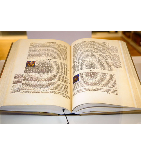 """Luther-Bibel in der Sammlung """"Historische und Schöne Bücher"""". Foto: Stadtbibliothek Duisburg, © Krischerfotografie"""
